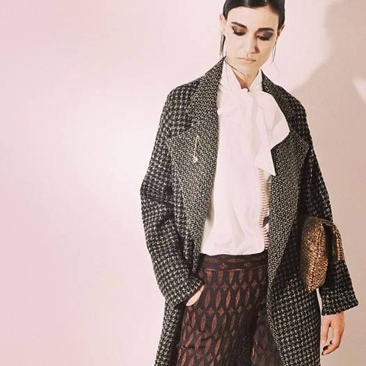 Vintage Coat: fit over wool, why pied poule, dropped shoulders and wide lapels male to name the origin 60s / 70s of the head.  Blusante in organza blouse with neck tie in a bow-tie or pashmina.  Trousers with regular fit, super feminine design optical bi-stretch bottom 17 cm.