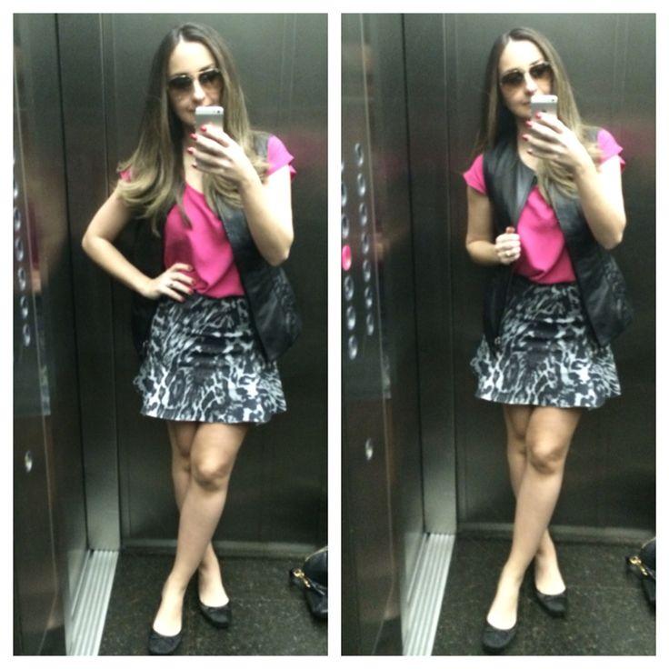 Look do dia com saia em animal print, blusa pink e colete de couro.