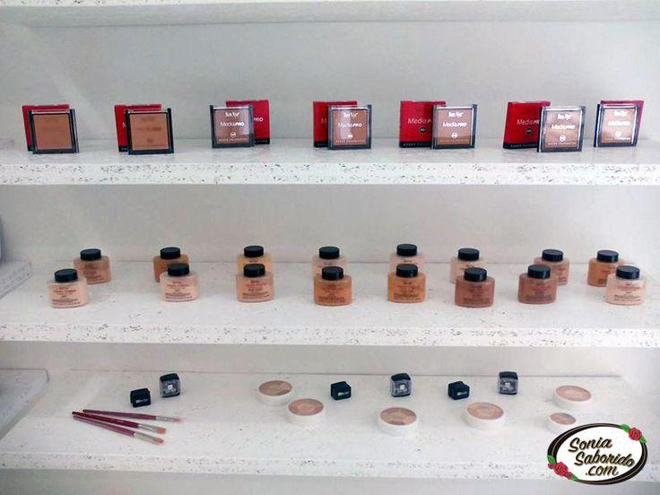 Estantería con Productos de Belleza en la Tienda de Sonia Saborido