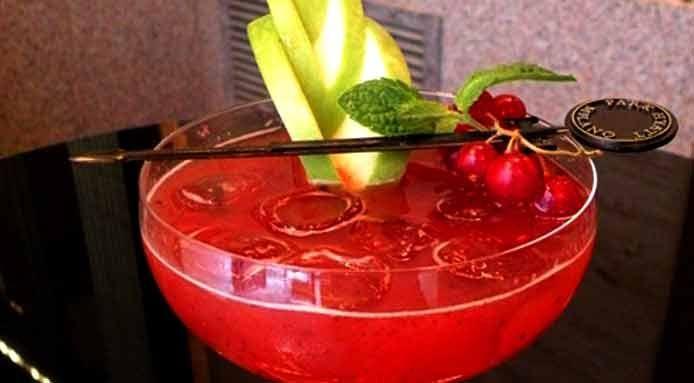 Revel: Cocktail di gin con mango e nettare di bacche
