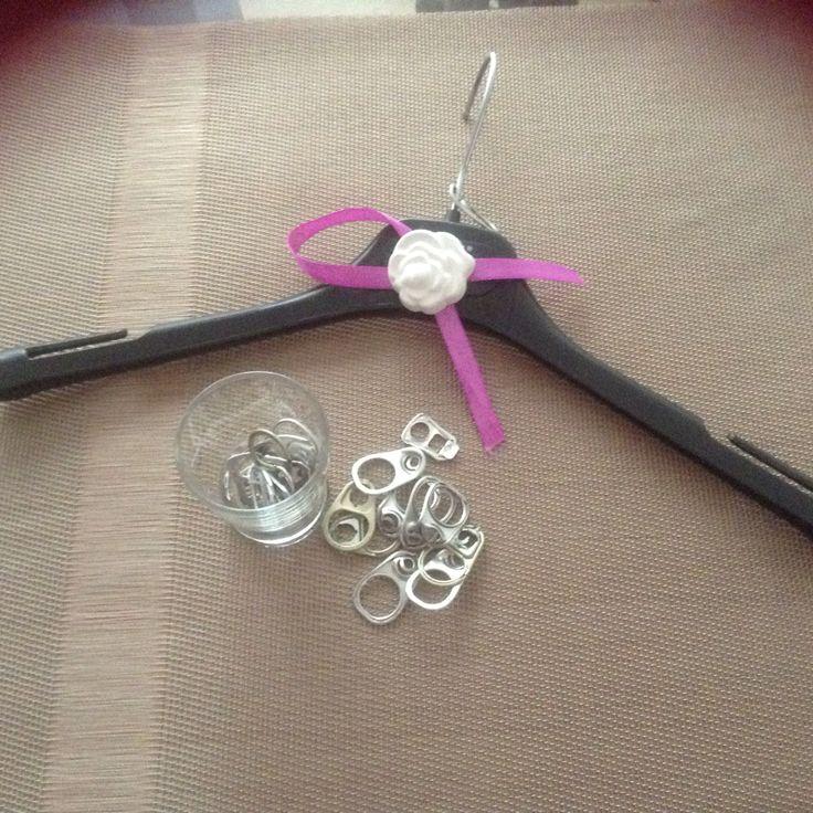 stampella con gancetti salvaspazio , due o più stampelle in una. si possono utilizzare i ganci delle bibite in barattolo o scatoline varie.