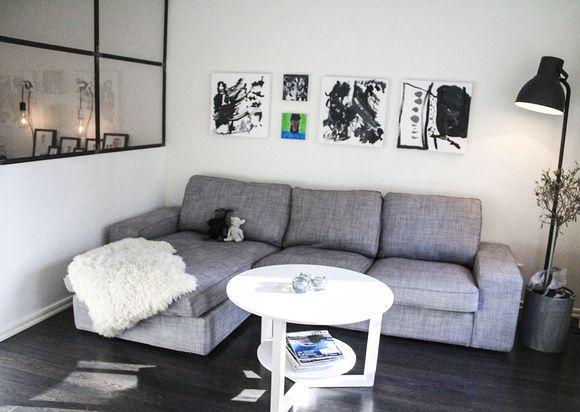 """Efter skilsmässan omgrupperade jag till en lägenhet på 90 kvm. För att ge barnen ett varsitt sovrum gällde det att vara uppfinningsrik för att själv få ett sovrum. Här är vardagsrummet som även blev sovrum. Jag lyckade behålla djupet i rummet utan att behöva """"sova på soffan"""".   . Vardagsrum som ä..."""