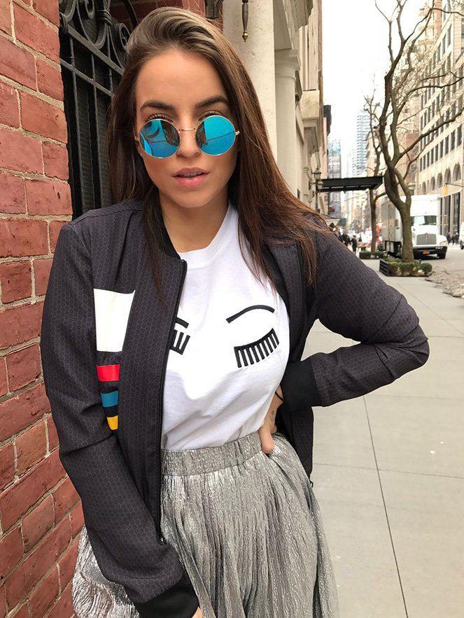 Look Bruna Unzueta com saia plissada metalizada – que é tendência forte nas passarelas – com uma t-shirt divertida e uma bomber pra dar um toque mais cool na produção.