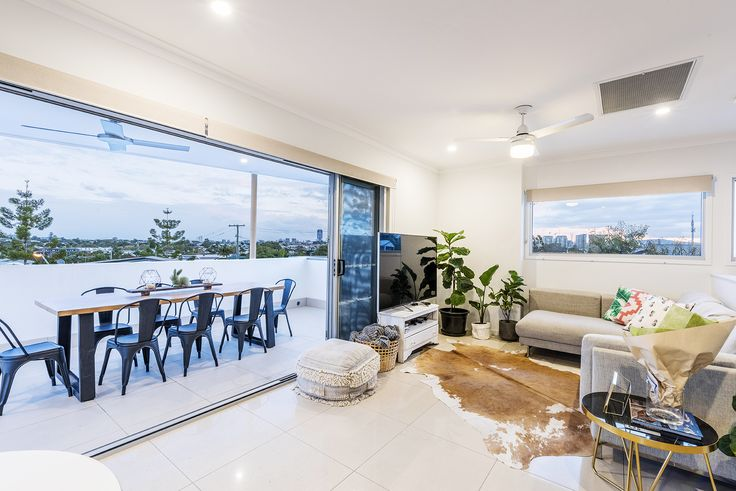 BULIMBA 5/210 Oxford Street...Styled with charm and elegance in mind, this truly captivating Bulimba residence is situated in a prized Oxford Street location.