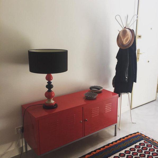 Un must! Aparador metálico de IKEA diseñado por Nicholai Wiig Hansen #lacasademiamiga #aparador #ikea #kilim #lampara