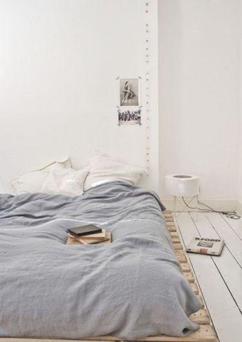こちらも壁の装飾が少なめのインテリア。 グレーとホワイトの優しい配色は、インテリアの塩感を引き立たせるだけでなく、安眠をしっかりサポートしてくれそうです。  ベッドは重心が低い、フロアタイプ。 すのこを敷いているので通気性もばっちりですよ。