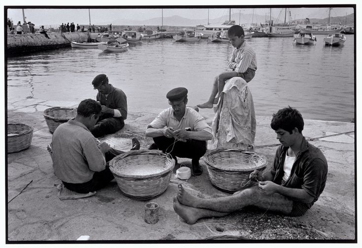 Μύκονος. Ετοιμάζοντας τα σύνεργα ψαρέματος (1967)