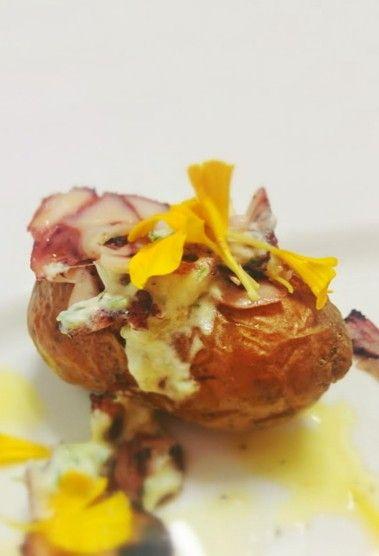 Carpaccio di polipo su piccola patata con fiori eduli www.becooking.it #becokking #wedding #banqueting #cucinasumisura #roma #milano #patata #polipo #carpaccio #fiori #fiorieduli #healthyfood #creativefood