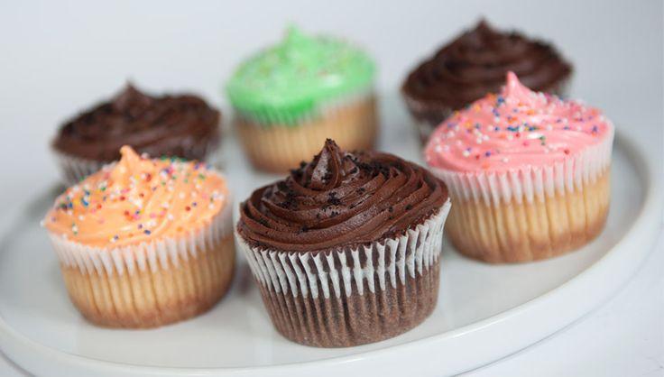 [Cupcakes de Vainilla en Colores] [Cupcakes de Chocolate] Gourmet Cheesecakes. Pedidos al (505) 83624340. #cupcakes #chocolate #vainilla #vanilla #colores #colours #delicious #deleite #gourmetcheesecakes #gcheesecakes #nicaragua #deleitedeprincipioafin