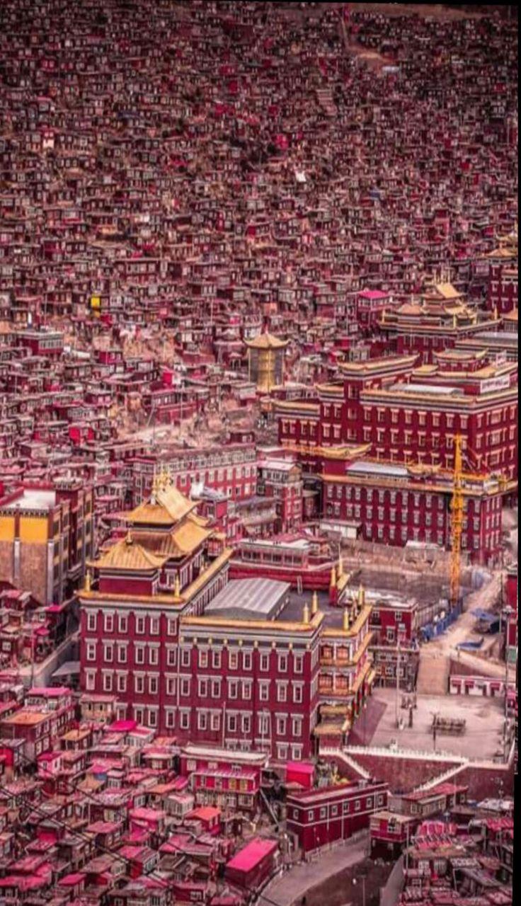 Región en China El Tíbet es una región situada en la meseta tibetana, en Asia, al noreste del Himalaya. Es la patria del pueblo tibetano, así como algunos otros grupos étnicos como los pueblos monba, qiang y lhoba
