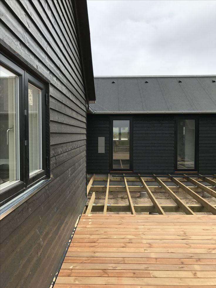 Terrassen lægges. Vi anvender her brunimprægnerede brædder.