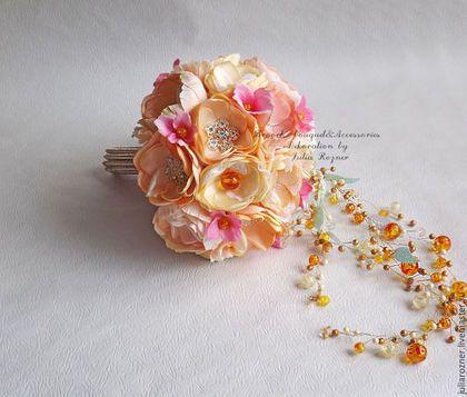 Купить или заказать Каскадный Свадебный брошь букет невесты. букет невесты в форме капли. в интернет-магазине на Ярмарке Мастеров. Свадебный брошь букет невесты в форме капли с красивым каскадом из бусинок! лепестки в букете окрашены в несколько оттенков персиковых и розовых цветов. Янтарные бусинки разного размера и цвета: здесь и лимонные, и рыжие и цвета сусального золота. Необычный каскад из нитей бусинок! В букете более 20 красивых брошей, в то же время они достаточно легкие и прочные!