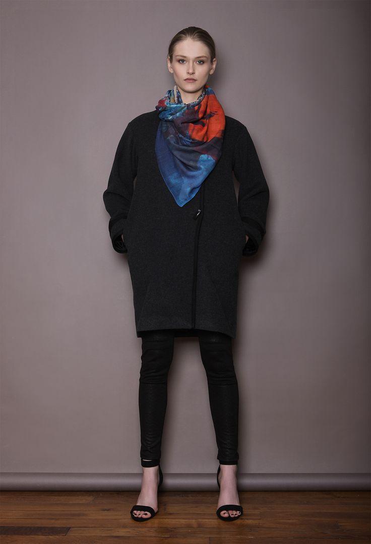 manteau en laine et cachemire gris, foulard en soie et modal a partir d une des peintures d 'Henri Henin, legging en jersey damassé