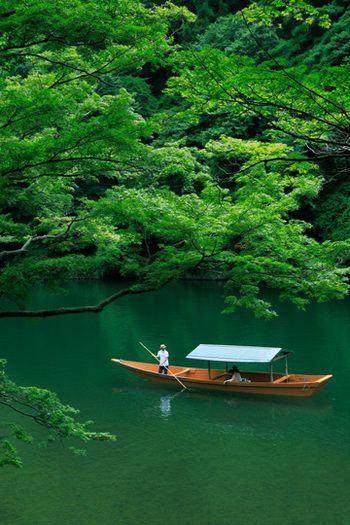 京都の四季をより深く感じるなら、自然に触れるのが一番です。嵐山は自然が多く、その時期にしか味わうことのできない京都の自然と静かな空気を味わうことができます。 食事をしながら屋形船を楽しむプランや、夏の時期なら夜の鵜飼見物も迫力があって面白いです。