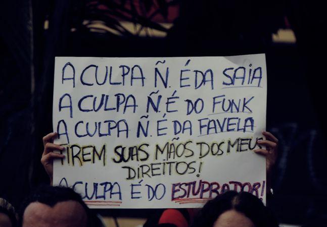 """Um em cada três brasileiros considera mulheres culpadas em casos de estupro. Roupas """"curtas demais"""", o jeito de dançar e hábitos de relacionamento são alguns dos """"motivos"""" apontados para culpabilizar a vítima. Uma série de mensagens refuta de forma bem direta esse tipo de argumento. Criada pela EBC, a Empresa Brasil de Comunicação, a campanha #NãoÀCulturaDoEstupro é bem clara: a culpa do estupro é do estuprador, nunca da vítima. Entender como a cultura do estupro normaliza pensamentos que…"""