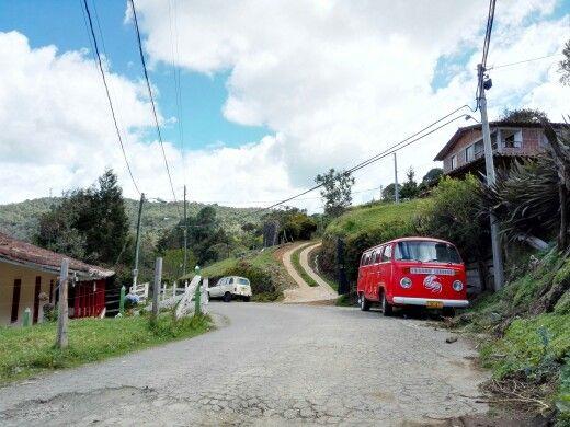 Un camper y un r4 en plena via Santa Elena.