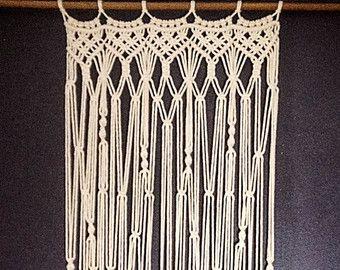 Makramee Vorhang, Raumteiler, böhmische Makramee-Wandbehang - Handmade - Wandkunst - Boho Makramee Hochzeit Dekor Wohnkultur  Dieser Wandbehang kann als Makramee Vorhang verwendet werden. Passt sich perfekt jedem Fenster oder eine Tür Rahmen. Ein einzigartiges Stück Textur und Interesse zu jedem möglichem Raum hinzufügen! Ideale wie Boho Hochzeit Kulisse oder einfach wie Raumteiler arbeiten können!  Handgefertigt aus 100 % natürlichen weißen Baumwoll-Seil 6 mm und hängt von einer natürlichen…
