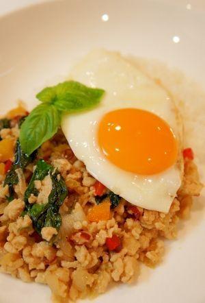 「タイ料理☆ガパオライス~バジルと鶏ひき肉炒めご飯」タイの定番料理「ガパオライス」。香ばしくピリ辛に炒めたひき肉とバジルのさわやかな香りが口いっぱいに広がります。【楽天レシピ】