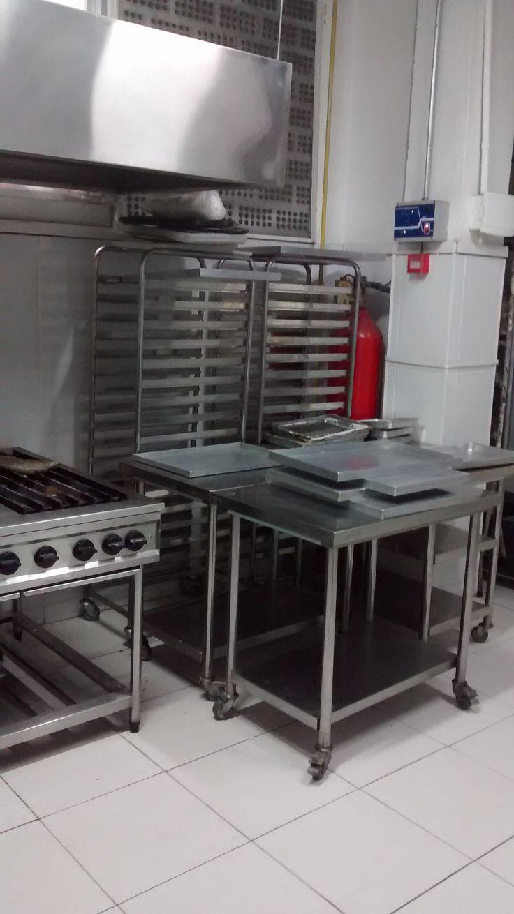 Coifa sobre fogão, à direita sistema de proteção contra incêncio à gás inerte.