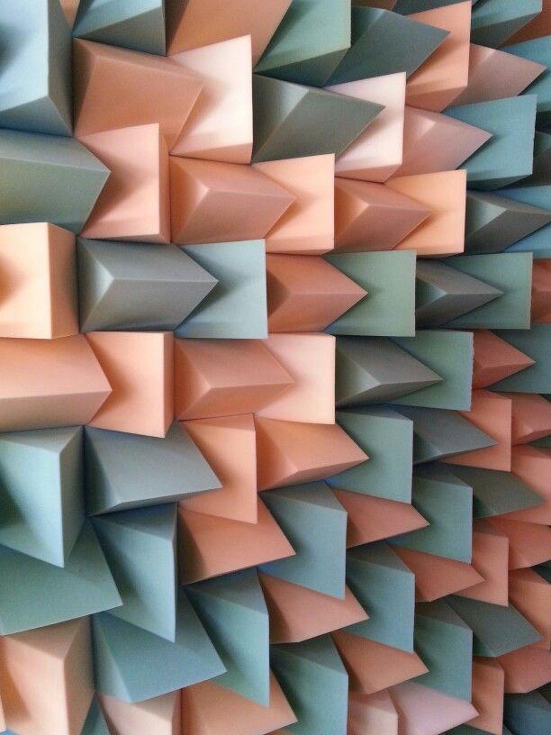 Textura artificial, figuras geométricas hechas de porcelana y con relieve alto. Tiene orden que puede ser vertical, aunque también aleatorio,su saturación  es densa y su función es para decorar interiores.