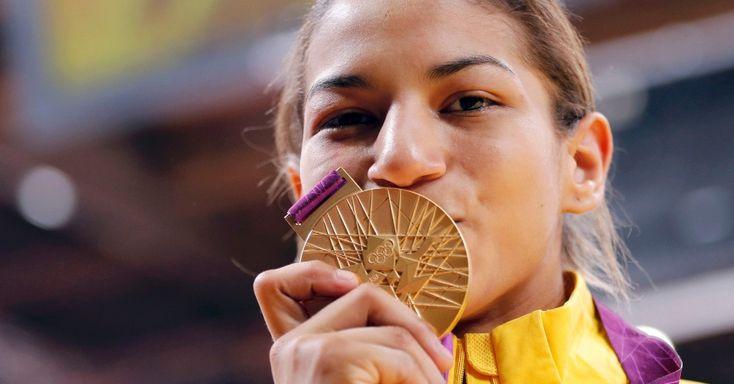 Sarah Menezes beija a medalha de ouro conquistada nos Jogos Olímpicos de Londres no judô, na categoria até 48 kg