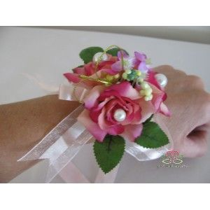 Kant en klaar #Polscorsage van #kunstbloemen.Wil je snel een mooie #polscorsage van #kunstbloemen, dan is dit ideaal kant en klaar. Mooie stevige gelijmde #polscorsage met meerdere bloemen, linten en parels Past altijd, wordt bevestigd met lint. Dat zit er al aan.        Gebruik dit bv voor extra #polsversiering voor de bruid, voor het bruidsmeisje of de vrouwelijke getuigen/gasten. #Bruidsboeket #Foamrozen #Zijdebloemen pompoenzaden-decoshop.nl