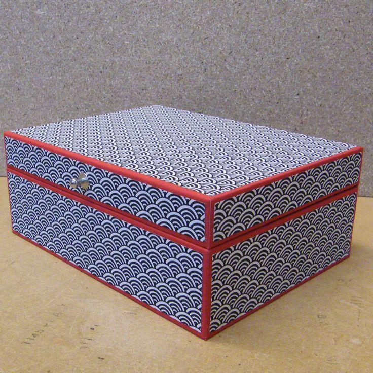 doos met Japans papier en rood linnen. € 40.00