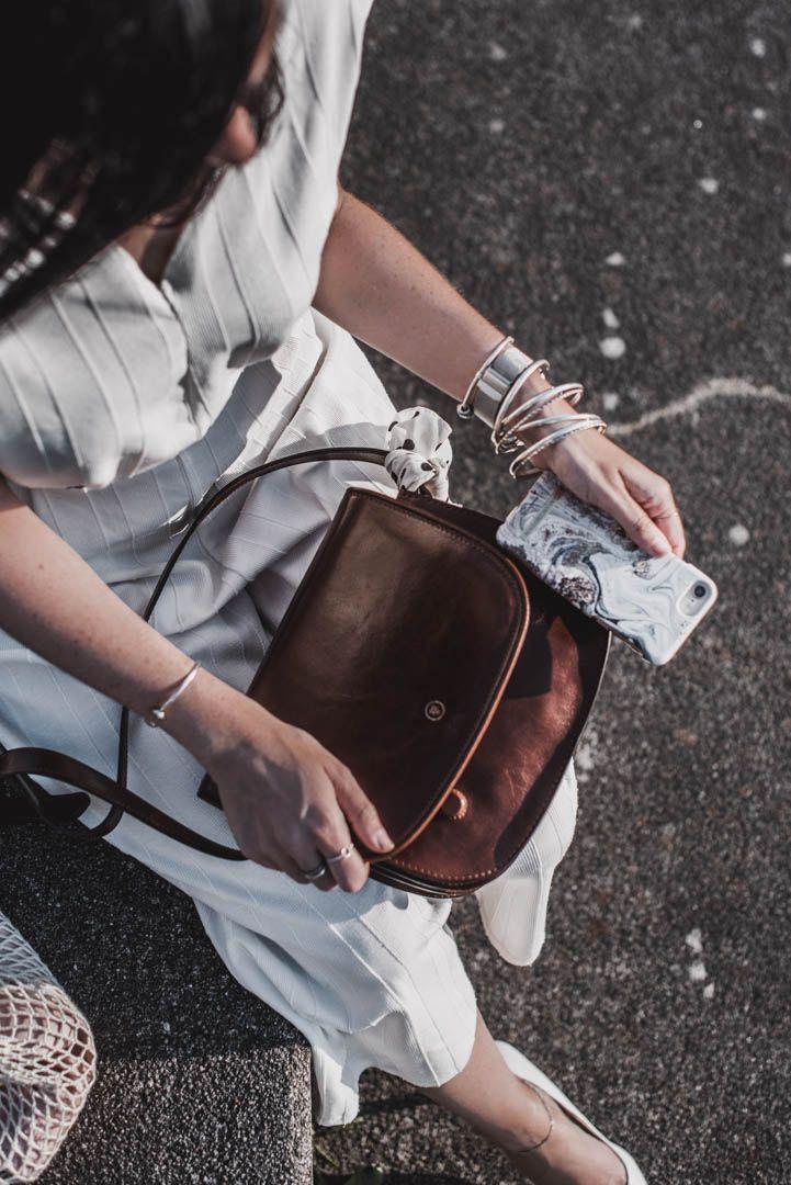 Sommerlook mit weißem Jumpsuit und Lederhandtasche von Maxwell Scott – Julies Dresscode | Fashion Trends, Outfits & Streetstyles