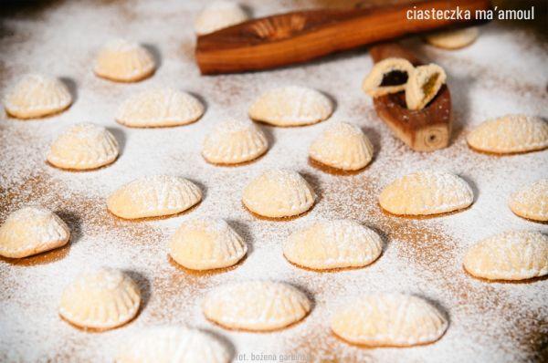 Ciasteczko ma'amoul - ciasteczko symbol otwartości i pojednania. Tradycyjnie pieczone w czasie Ramadanu przez Muzułmanów, na Wielkanoc przez Chrześcijan, na Święto Pesach przez społeczność żydowską. Do ich przygotowania potrzebna jest tradycyjna foremka taabeh, ręcznie wykonana z drewna. Do każdego rodzaju ciasteczek inny kształt. U nas z nadzieniem z daktyli i pistacjami. Jedno ciasteczko o wadze ok. 25g ma 2,1-2,5 wymiennika, w zależności od nadzienia. 100g ma ok. 500 kcal.