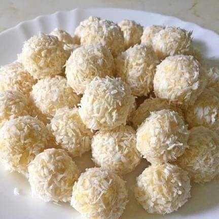 Kulki kokosowe na małe co nieco 😋 woreczek/pół szklanki kaszy jaglanej - suchej przed ugotowaniem 1,5 szklanki mleka (około 400ml) 1-2 łyżki miodu - zależy jakie słodkie lubicie szklanka wiórek kokosowych (około 5 łyżek) migdały po kilka kropel aromatu migdałowego i rumowego w wersji dla dorosłych można dodać rum lub kokosowy likier ;) 5-6 os. 15 min łatwe przystępne Przygotowanie  Kaszę wsypujemy na sitko. Przelewamy zimną-wrzącą-zimną wodą, żeby pozbyć się goryczki. Przepłukaną kaszę…