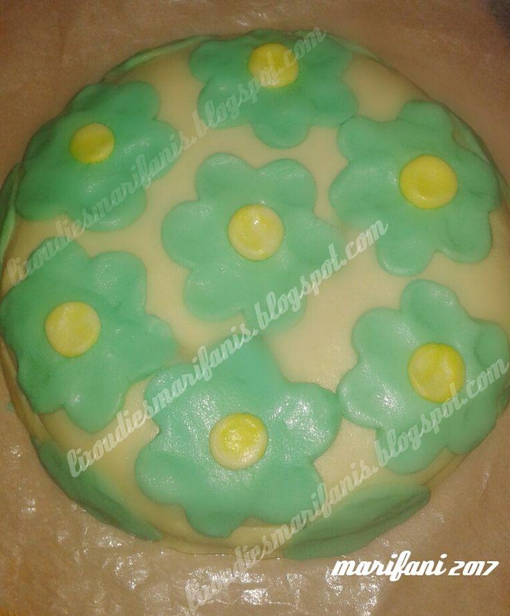 Για ένα μικρό φιλαράκι μου (ετών 4) που γιόρταζε χθες σκέφτηκα ότι θα ήταν ωραία ιδέα να του φτιάξω ένα παιδικό κέικ κακάο γεμιστό με ...