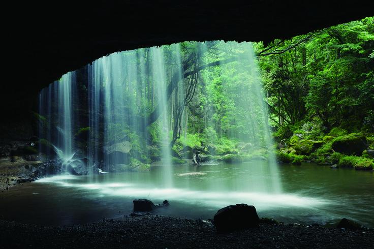 [熊本県] 水のカーテンと、木々の緑に癒される 「鍋ヶ滝」|熊本におでかけ|おでかけコロカルの画像 コロカル by マガジンハウス | antenna