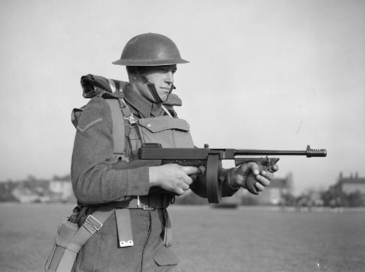 Soldado britânico em 1940, armado com uma M1928 com carregador em tambor.