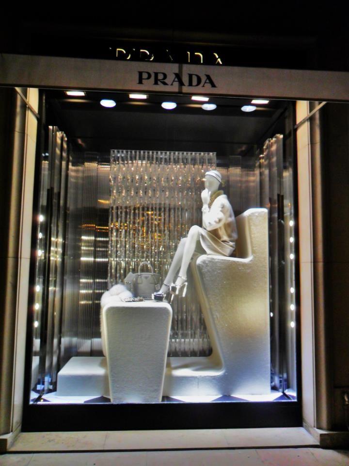Prada. Retail design. Window display   Flagship Stores em ...