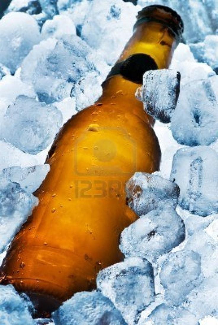 """GELAR AS BEBIDAS EM 3 MINUTOS     Para cada saco de gelo, coloque dois litros de água, meio quilo de   sal e meia garrafa de álcool.   A água aumenta a superfície de contato, o sal reduz a temperatura   de fusão do gelo (ele demora mais para derreter) e, por uma reação   química, o álcool rouba calor.   Os físicos chamam o líquido de """"Mistura Frigorífica"""":GELO, ÁLCOOL, SAL E ÁGUA!     A mistura frigorífica é barata e a cerveja ou refrigerante ficam em ponto de bala em 3 minutos."""