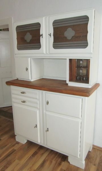 Sehr gut erhaltenes, restauriertes zweiteiliges Küchenbuffet  Das Buffet ist ausgestattet mit einem alten Brotfach, 4 intakten Glasschütten in zw...