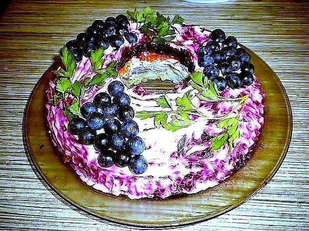 """САЛАТ ЧЕРНАЯ ГРОЗДЬ http://pyhtaru.blogspot.com/2016/12/blog-post_842.html  Салат """"Черная гроздь""""!  Слоенный салат-торт из мяса, грибов, свеклы, сыра и моркови, украшается черным виноградом и петрушкой. На любой праздничный стол.  Читайте еще: ============================= САЛАТ С КОПЧЕНОЙ РЫБОЙ http://pyhtaru.blogspot.ru/2016/12/blog-post_923.html =============================  Ингредиенты:  - отварное мясо (любое) — 200-250 гр, - картофель — 3 шт, - грибы — шампиньоны или вешенки…"""