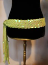 Gevlochten riem / ceintuur met pailletten versiering LICHT GROEN / LIMEGROEN - Sequinned braided belt LIGHT GREEN