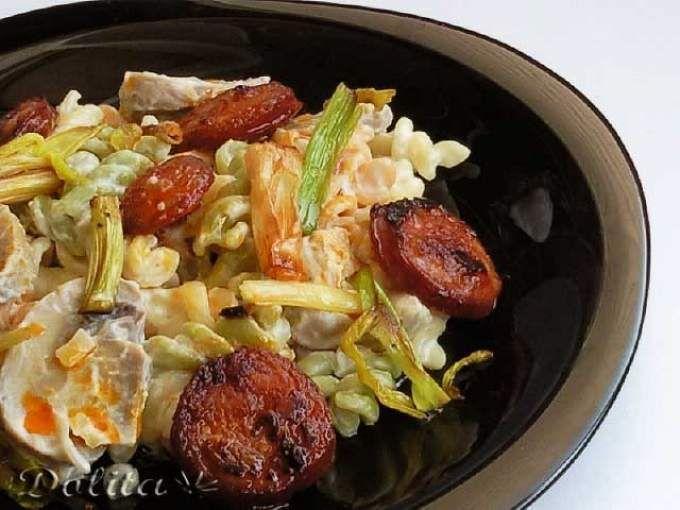 Receta Plato : Fusilli con salsa de queso, champiñones y chorizo por Dolita