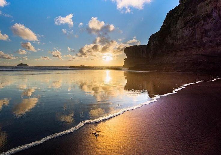 Stunning Maori Bay on Auckland's West Coast  Follow: @blueskydestinations -   @mil8ant | @visitauckland -  Tag #blueskydestinations to be featured -
