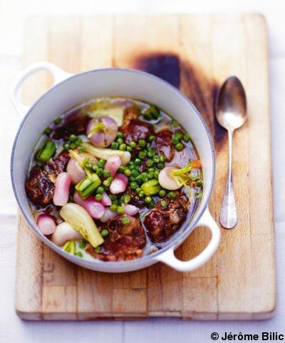 Recette Navarin d'agneau : Faites revenir les morceaux de collier dans une cocotte avec un filet d'huile d'olive. Quand ils sont bien dorés, ajoutez l'oignon...