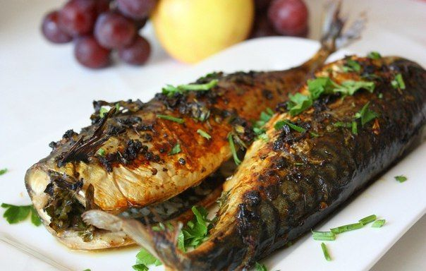 what do you need: 2 large mackerel garlic 3 cloves 1 lemon sunflower oil 100g salt, black pepper 1 bunch of parsley prepare: Wash, gut fish, cut off heads and tails, let dry. Mix the salt, pepper and half the lemon juice, oil, garlic (to squeeze through spadefoot). The resulting mixture was thoroughly rub the …