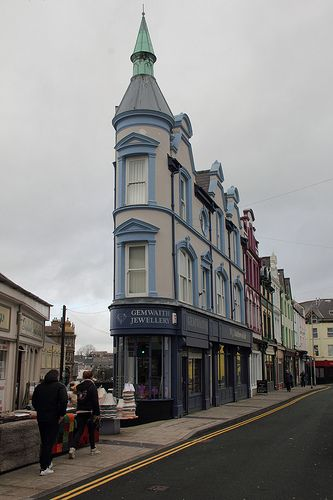 very narrow building in caernarfon, north wales that houses the gemwaith jewellery store   shopping + travel #storefronts