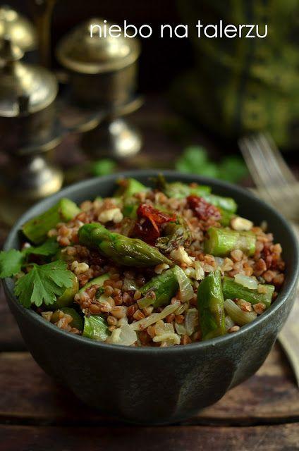 Kasza gryczana ze szparagami i suszonymi pomidorami, bo końca czerwca trwa sezon na szparagi. Zdrowe, pożywne, łatwe do wykonania danie.