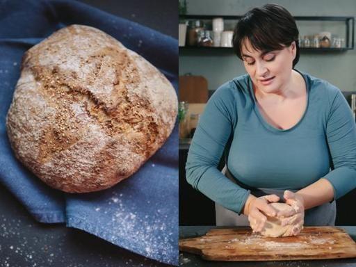 Ingredienti: 250 grammi di farina integrale, 250 grammi di farina 00, 350/400 grammi di acqua, 3 grammi di lievito di birra, 3 cucchiai di semi di sesamo, un cucchiaio di olio extravergine d'oliva, un cucchiaio di malto d'orzo e un pizzico di sale Preparazione: cominciate a mescolare molto velocemente tutti gli ingredienti, lasciando da parte una parte dei semi di sesamo. Lavorate nella ciotola oppure, se preferite, su un piano infarinato. Fate lievitare in una ciotola o in una casseruola…
