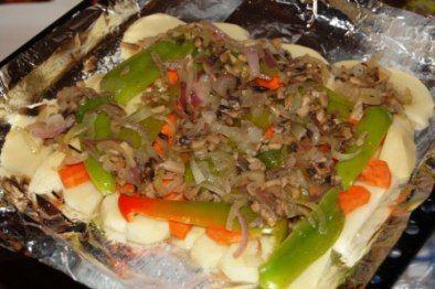 Как приготовить утку, фаршированную грибами.  Утка 300 г свежих шампиньонов  3 средние луковицы  2 ст.л. горчицы 3 ст.л. растительного масла соль  черный молотый перец  Овощное рагу:  3 крупные картофелины  3 сладких перца  2 морковки 2 ст.л. растительного масла 0,5 стакана воды соль и перец по вкусу  Приготовление Тщательно натераем ее изнутри и снаружи солью, щедро обмазываем со всех сторон горчицей и оставляем мариноваться, включив духовку. Как раз пришло время справиться с начинкой…