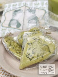 zöld tulipános esküvői arculatba illeszkedő mézes köszönet ajándékok