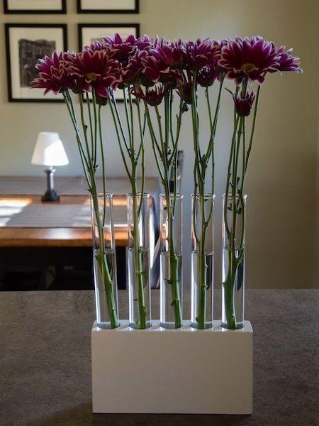Centros de mesa con floreros y bases de concreto para un estilo rústico o moderno. #CentrosDeMesa