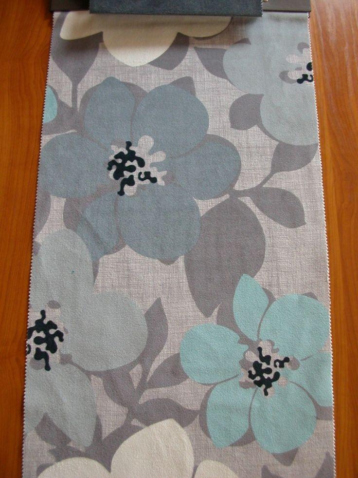 Modern virág mintás plüssös felületű bútorszövet, kopásállóság MD 10 000. Szín: szürke–világoskék–fehér mintás