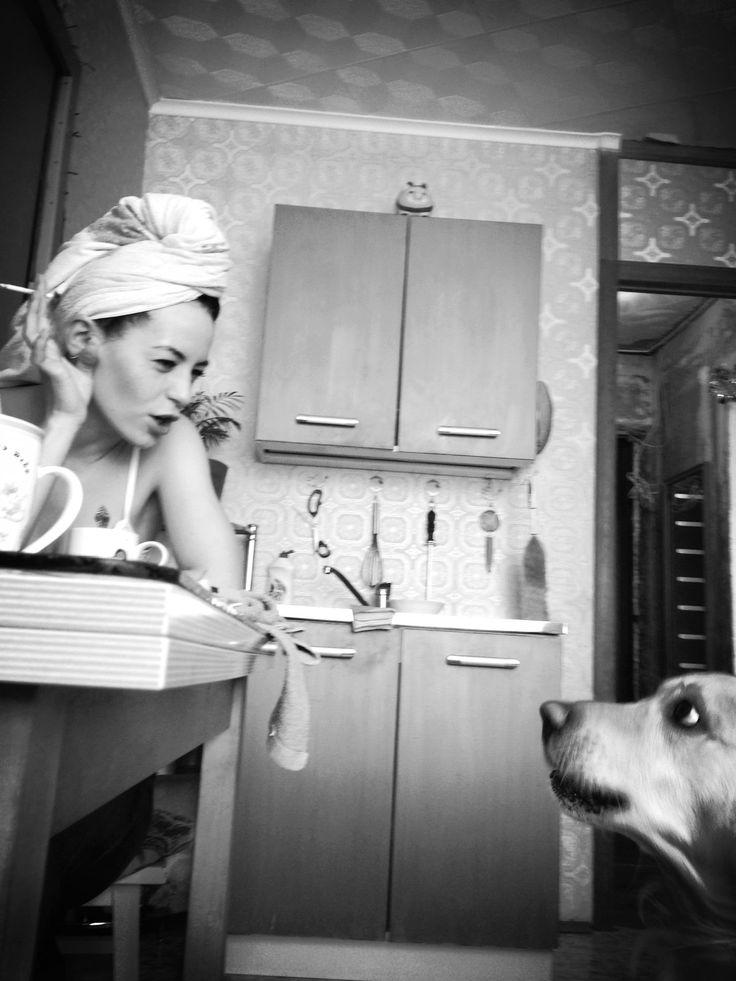 Этот кадр изразряда «Подсмотрено» был пойман вмарте 2014 года дома угероев снимка. Оба— дорогие мне существа: любимая подруга иееудивительный пёс породы ретривер.